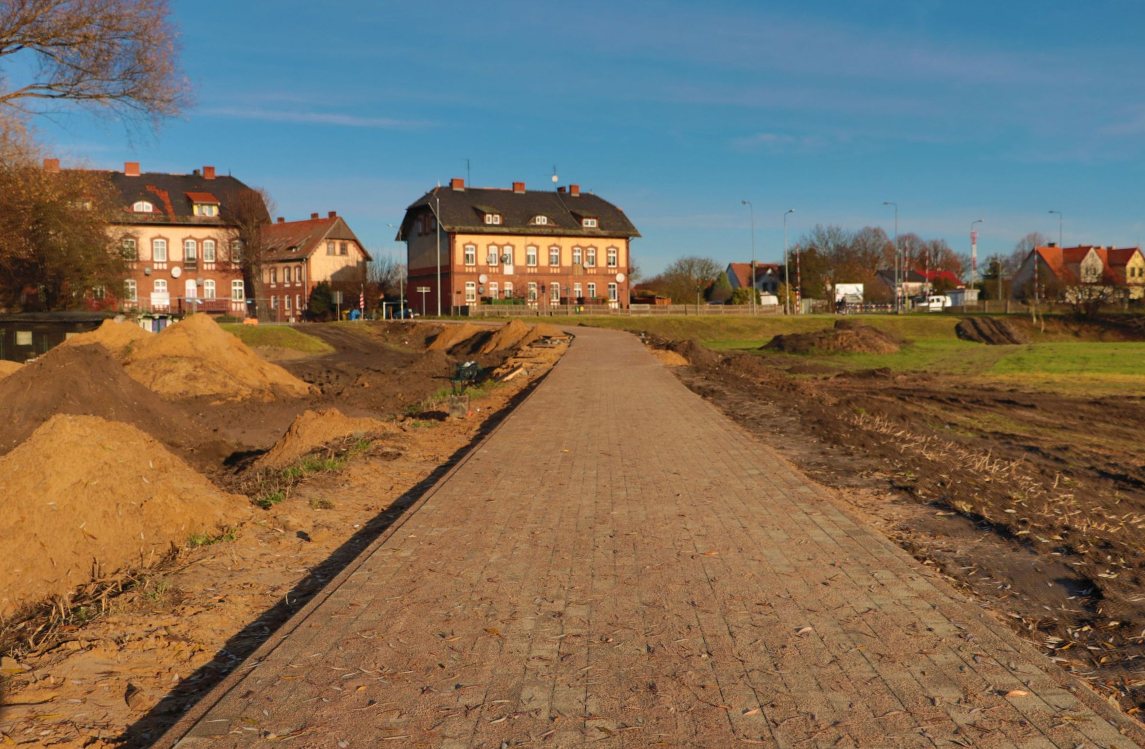 Ilustracja do informacji: Piesi i rowerzyści mogą już korzystać z nowej ścieżki na łące kolejowej