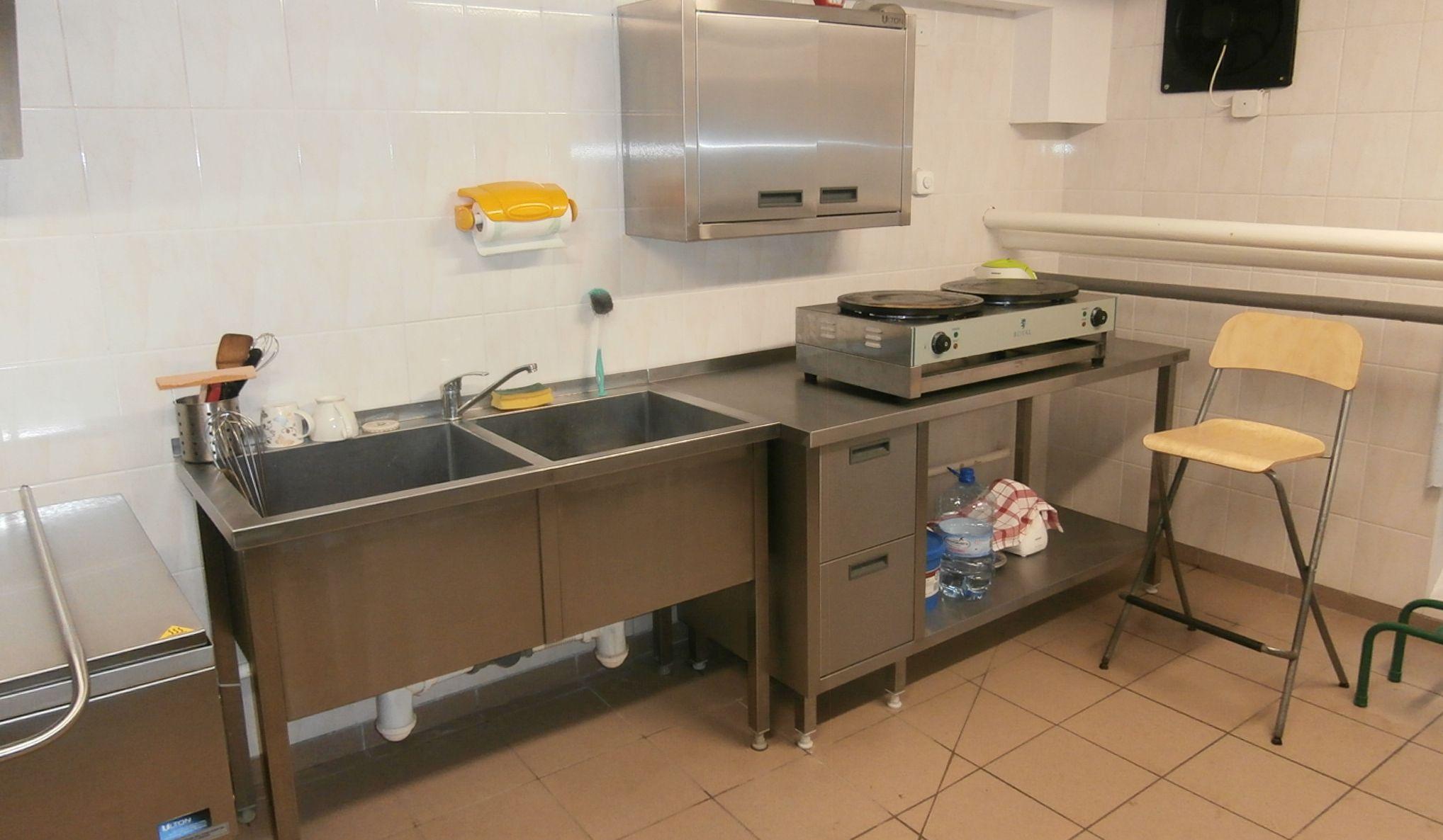 """Ilustracja do informacji: Do """"czwórki"""" trafiły nowe urządzenia kuchenne i meble do stołówki"""