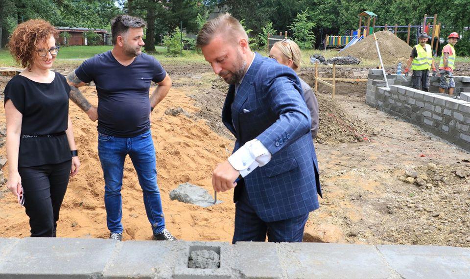 Ilustracja do informacji: Wmurowanie kamienia węgielnego pod nowy żłobek