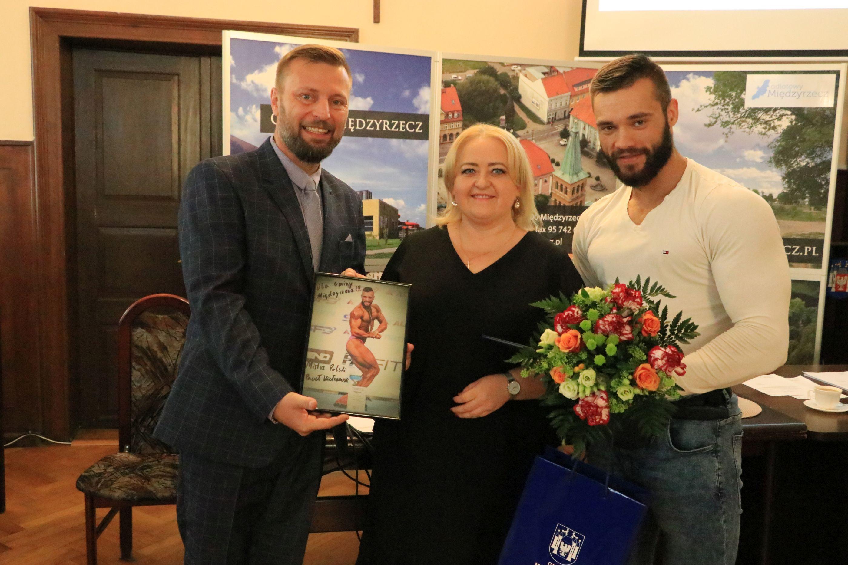 Ilustracja do informacji: Władze uhonorowały Mistrza Polski