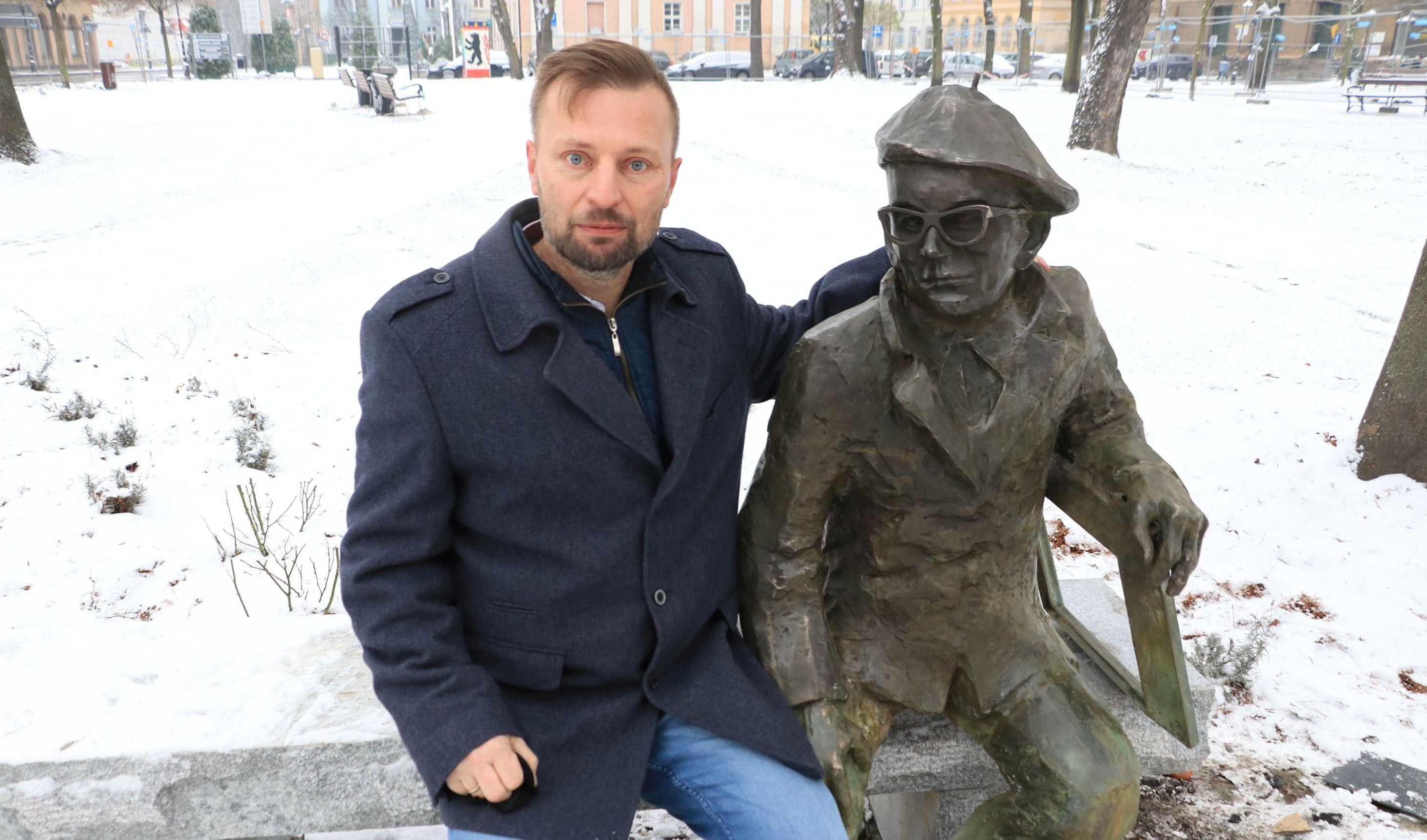 Ilustracja do informacji: Zasłużony muzealnik doczekał się własnej ławeczki z rzeźbą