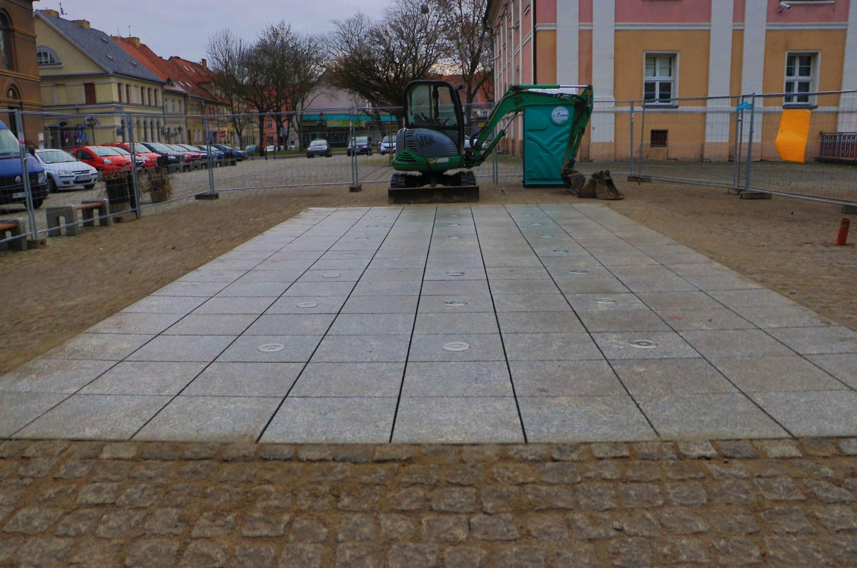Ilustracja do informacji: Na rynku kończy się przebudowa fontanny. Jutro odbędzie się tam próbny rozruch instalacji
